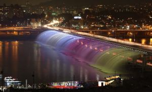 Rainbow_fountain_Seoul-Gu-Gyobok-2